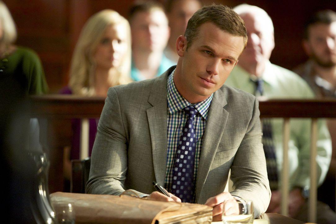 Geht Roy (Cam Gigandet) wirklich eine Beziehung mit der hübschen Nancy Davis ein? - Bildquelle: 2013 CBS BROADCASTING INC. ALL RIGHTS RESERVED.