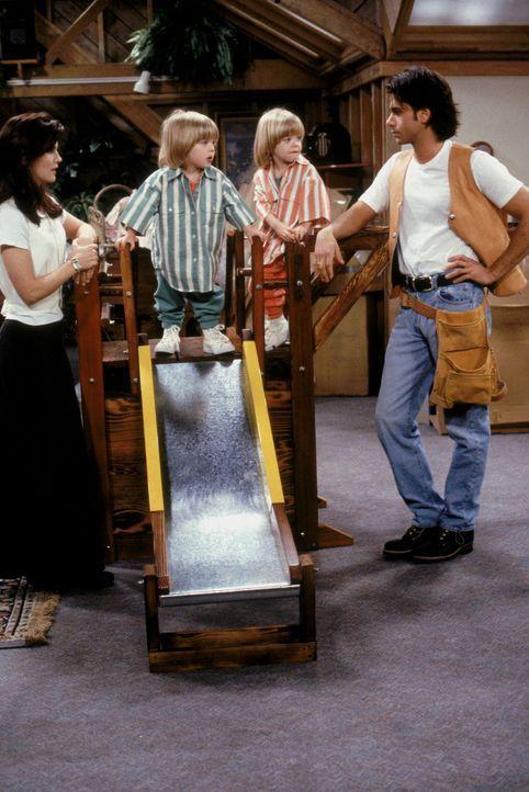Für Rebecca (Lori Loughlin, l.), Jesse (John Stamos, r.) und ihre Zwillinge Nick und Alexander (Blake/Dylan Tuomy-Wilhoit, M.) würde sich viel änder... - Bildquelle: Warner Brothers Inc.