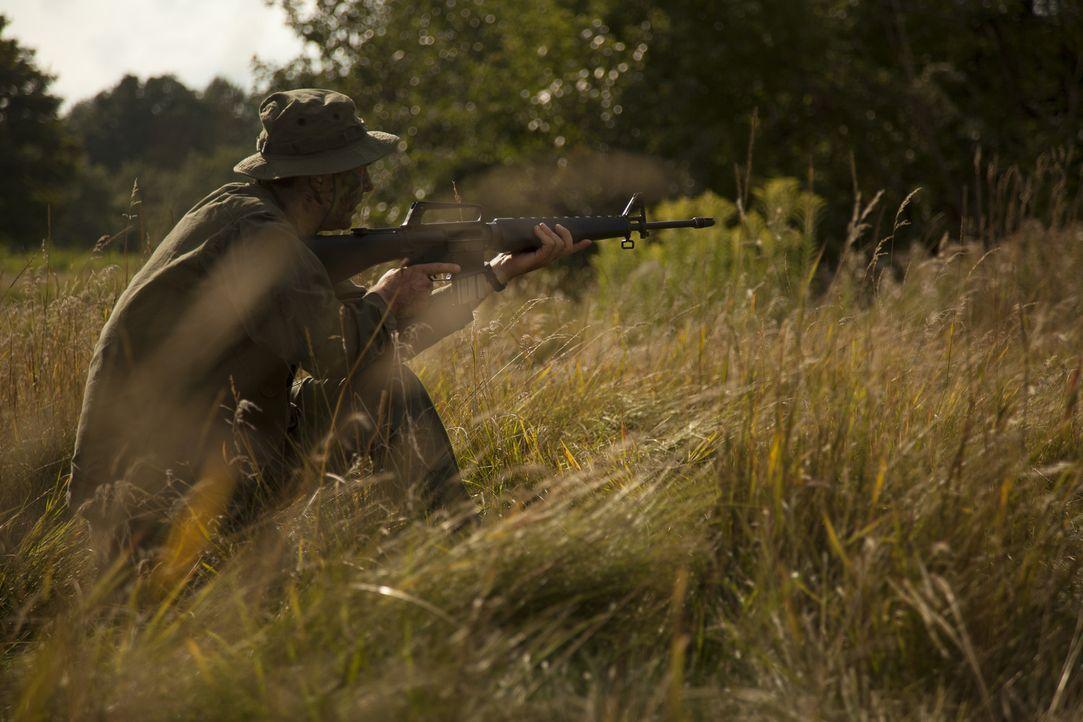 Carlos Hathcock (Patrick McFadden) soll einen Feind aus 450 Metern mit einem tödlichen Schuss durch dessen Zielfernrohr ins Auge getroffen haben. - Bildquelle: DHH Productions Inc.