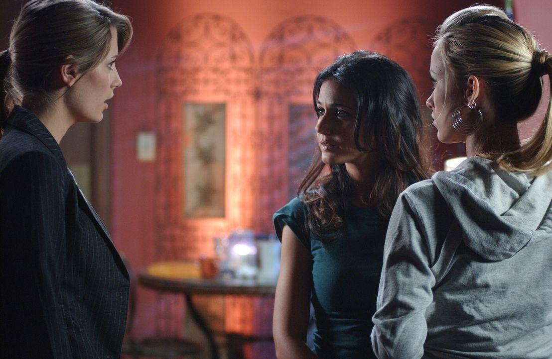 Alex (Olivia Wilde, r.) vermisst ihre Halskette und vermutet, dass Jody (Emmanuelle Chriqui, M.) diese mitgenommen hat. Nun will Marissa (Mischa Bar... - Bildquelle: Warner Bros. Television