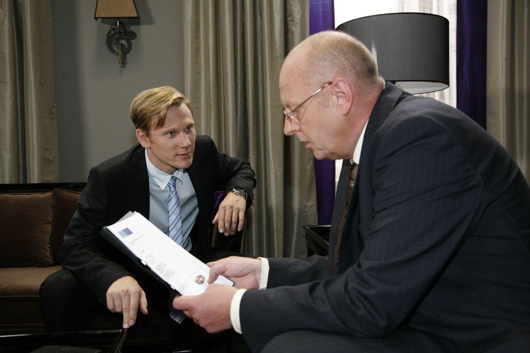 Jürgen Nickel (Andreas Conrad, r.) will Philips (Philipp Romann, l.) Projekt zu Fall bringen ... - Bildquelle: Sat.1