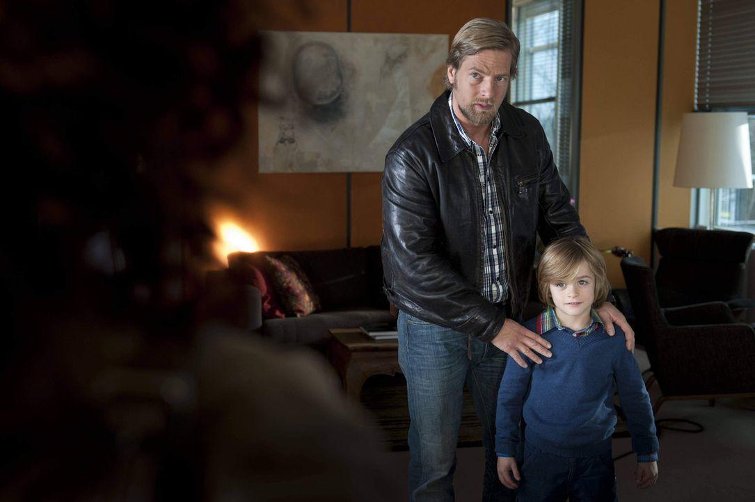 """Als Mick (Henning Baum, l.) den kleinen Timo (Maurizio Magno, r.) ins Polizeipräsidium """"entführt"""", weil sein cholerischer, einflussreicher Adoptiv... - Bildquelle: SAT.1"""