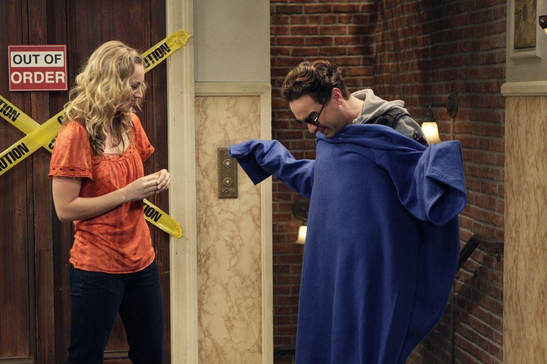 Penny (Kaley Cuoco, l.) erfährt erst kurz vor der Abreise von dem Vorhaben und zeigt sich überrascht, dass Leonard (Johnny Galecki, r.) ihr nicht... - Bildquelle: Warner Bros. Television