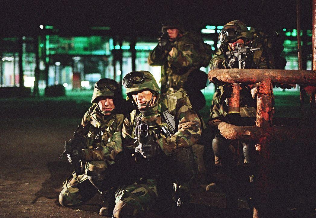 Tag für Tag quälen den ehemaligen Special Force Marinesoldaten Sam Decker (Dolph Lundgren, 2.v.l.) die Erinnerungen aus dem Kosovo-Krieg ... - Bildquelle: Nu Image