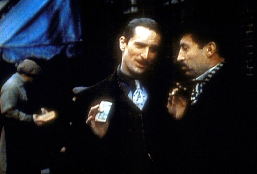 Mit der Macht des Geldes verschafft sich der junge Vito Corleone (Robert De Niro, M.) zusehends den nötigen Respekt ... - Bildquelle: Paramount Pictures
