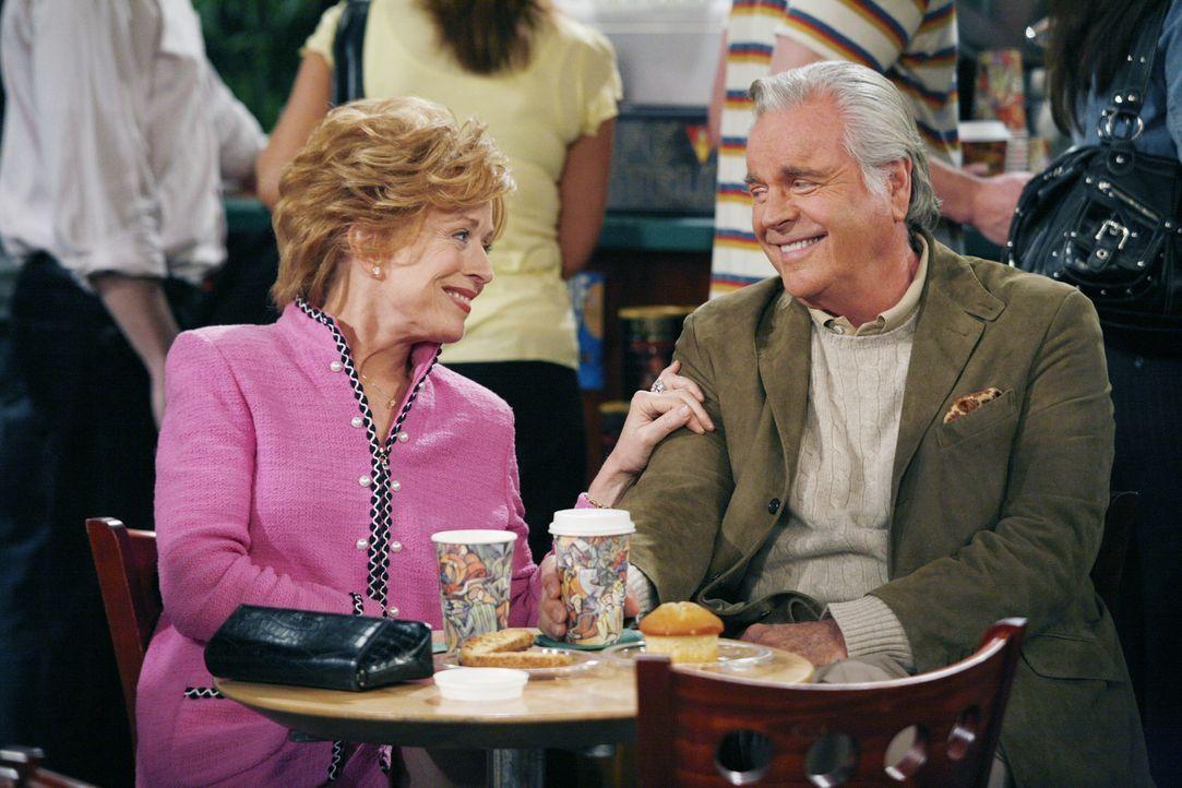 Evelyn (Holland Taylor, l.), die Mutter von Charlie und Alan, hat wieder einmal einen neuen Liebhaber (Robert Wagner, r.) ... - Bildquelle: Warner Brothers Entertainment Inc.