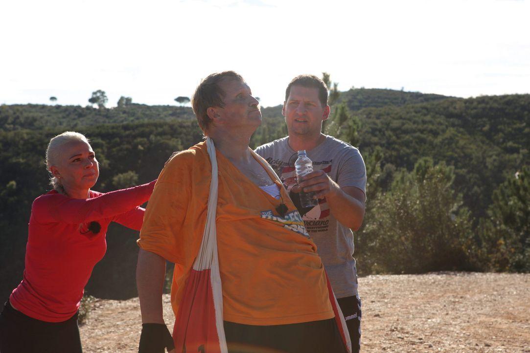 Die Coaches Mareike Spaleck (l.) und Ramin Abtin (r.) motivieren Norbert (M.) zu einer Höchstleistung ... - Bildquelle: SAT.1/Enrique Cano