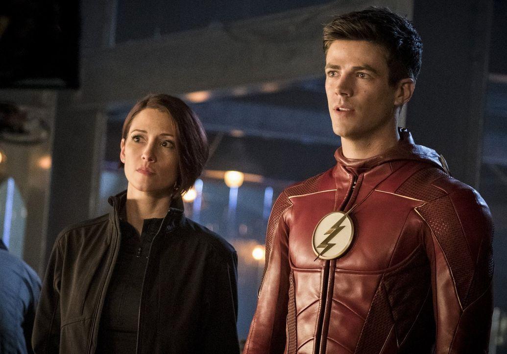 Haben Alex (Chyler Leigh, l.), Barry alias The Flash (Grant Gustin, r.) und die anderen Helden überhaupt eine Chance gegen eine ganze Nazi-Armee? - Bildquelle: 2017 Warner Bros.