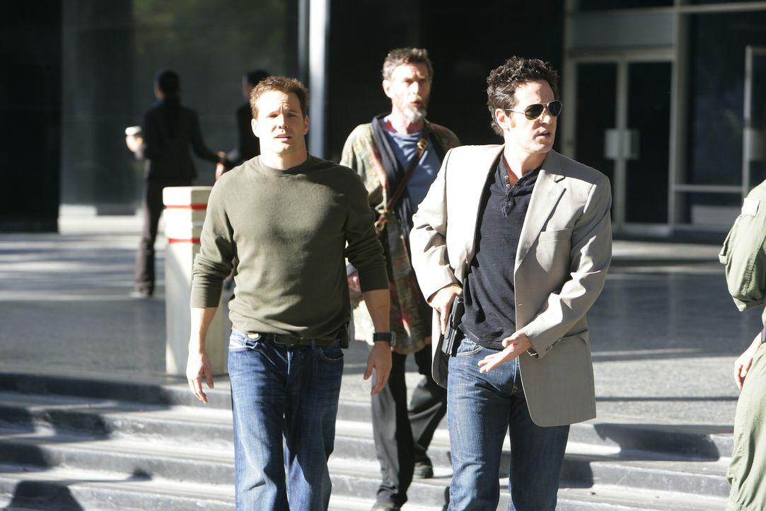 Der Hellseher Simon Kraft (John Glover, M.) wird beauftragt, sich gemeinsam mit Colby (Dylan Bruno, 2.) und Don (Rob Morrow, r.) eines neuen Falls a... - Bildquelle: Paramount Network Television