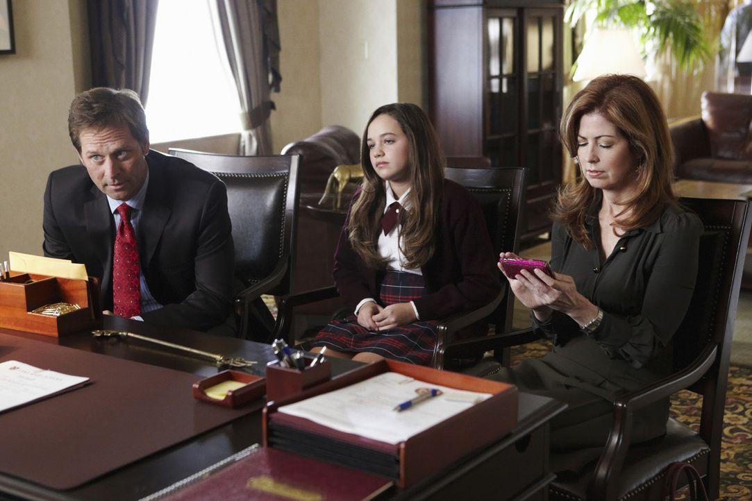 Megan (Dana Delany, r.) und Todd (Jeffrey Nordling, l.) werden von Laceys Direktor in die Schule bestellt, da Lacey (Mary Mouser, M.) sich in der Sc... - Bildquelle: ABC Studios