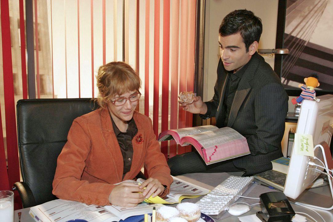 Lisa (Alexandra Neldel, l.) wird verlegen, als David (Mathis Künzler, r.) ihr gesteht, dass er es vermisst hat, mit ihr zu arbeiten. (Dieses Foto v... - Bildquelle: Noreen Flynn Sat.1