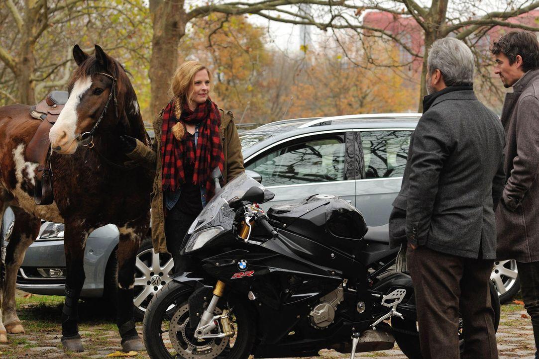 Josephine Klick (Diana Amft, l.) erscheint zum Dienstantritt mit einem Pferd, was für ihre neuen Kollegen Alexander Mahler (Alexander Khuon, r.) und... - Bildquelle: Hardy Spitz SAT.1