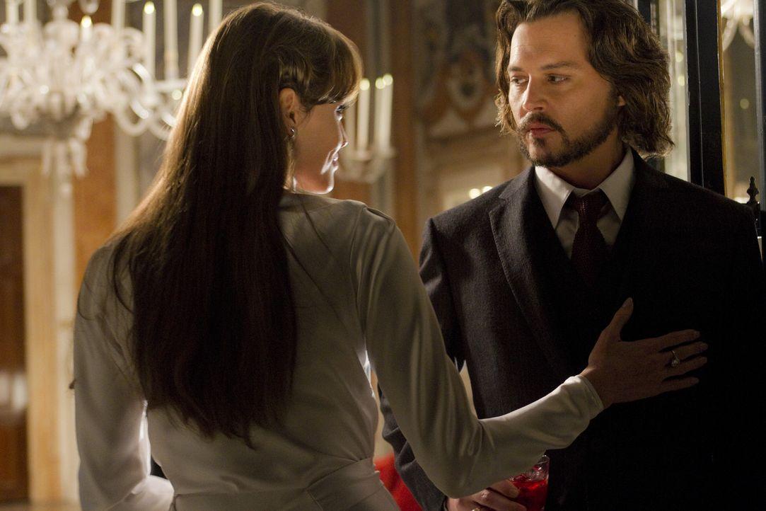 Frank (Johnny Depp, r.) ist von der mysteriösen Fremden Elise (Angelina Jolie, l.) fasziniert und ahnt nicht, dass er sich in tödliche Gefahr begi... - Bildquelle: CPT Holdings, Inc.  All Rights Reserved.