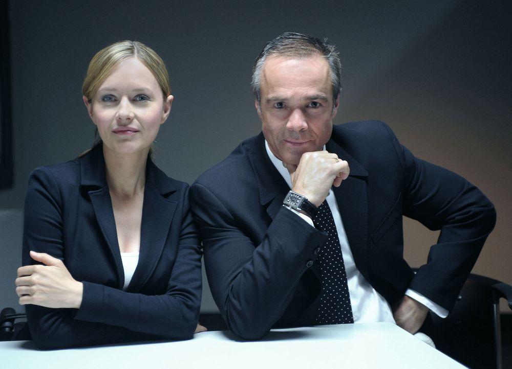 In einem außergewöhnlichen Fall duellieren sich Anwältin Maria Schwadorf (Stefanie Stappenbeck, l.) und ihr Ex-Chef Dr. Georg Actis (Hannes Jaenicke... - Bildquelle: Gunnar Fuß SAT.1