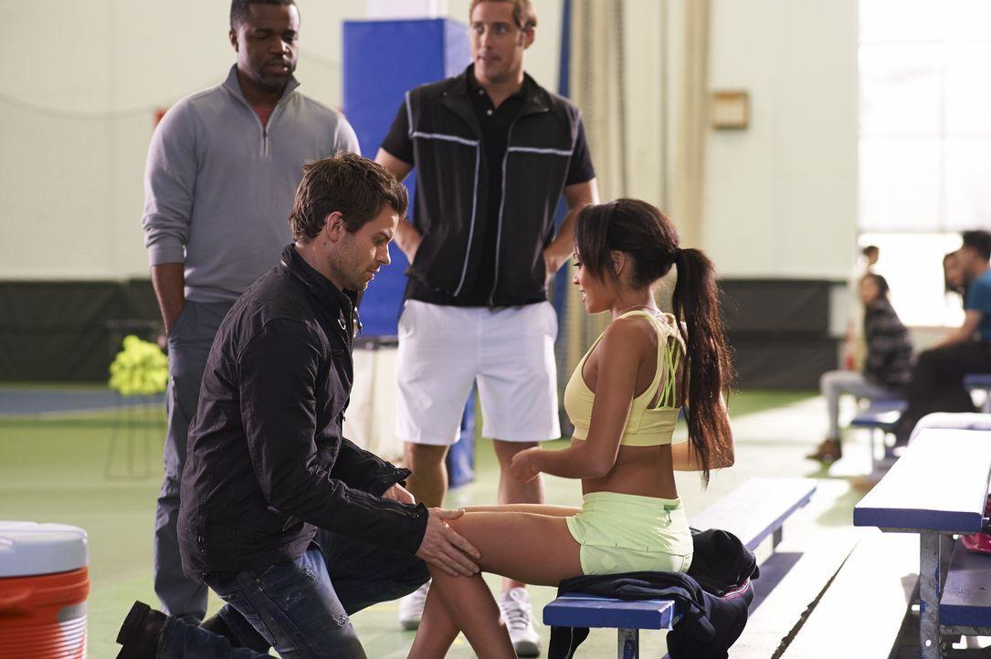 Kann Joel (Daniel Gillies, l.) der äußerst attraktiven Rikki Wilkins (Vanessa Morgan, r.) helfen? - Bildquelle: 2013  Hope Zee Two Inc.