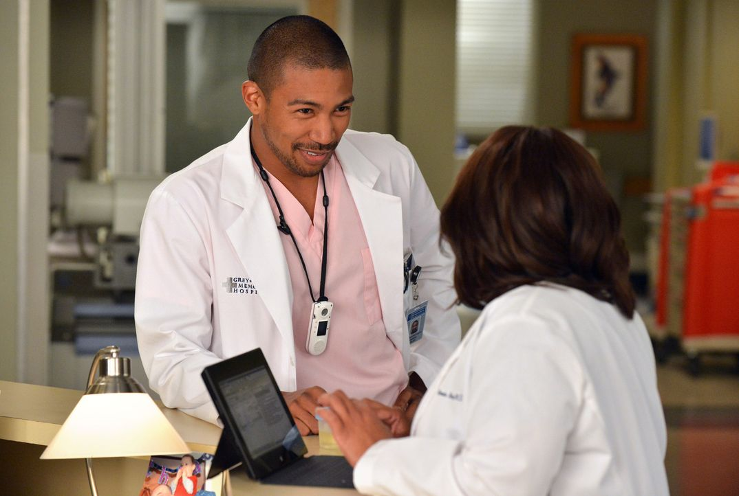 Jason (Charles Michael Davis, l.) wird Opfer fieser Streiche und macht sich vor Miranda (Chandra Wilson, r.) lächerlich ... - Bildquelle: ABC Studios