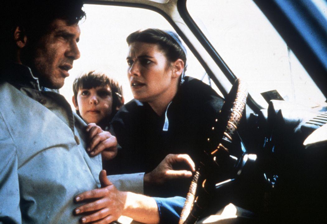 Um Rachel (Kelly McGillis, r.) und ihren Sohn Samuel (Lukas Haas, M.) vor den Killern in Sicherheit zu bringen, setzt Captain John Book (Harrison Fo... - Bildquelle: Paramount Pictures