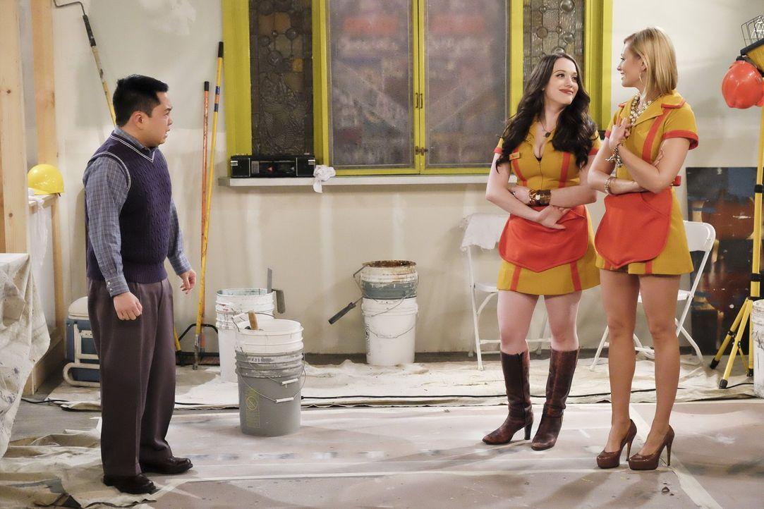 Als Han (Matthew Moy, l.) Max (Kat Dennings, 2.v.r.) und Caroline (Beth Behrs, r.) erzählt, dass er einem Gangsterboss Geld schuldet, glauben die be... - Bildquelle: 2016 Warner Brothers