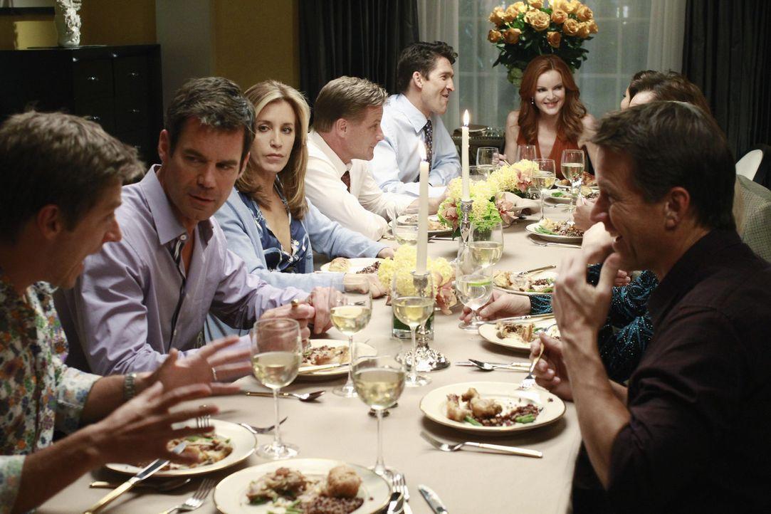 Susan zieht wieder zurück in die Wisteria Lane und ihr zu Ehren veranstalten die Bewohner der Straße eine große Dinnerparty: (v.l.n.r.) Lee (Kevi... - Bildquelle: ABC Studios