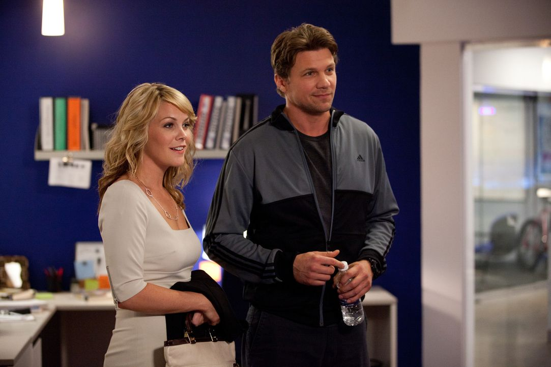 Kommen sich näher: Matt (Marc Blucas, r.) und Laura (Andrea Anders, l.) ... - Bildquelle: 2011 Sony Pictures Television Inc. and Universal Network Television LLC.  All Rights Reserved.