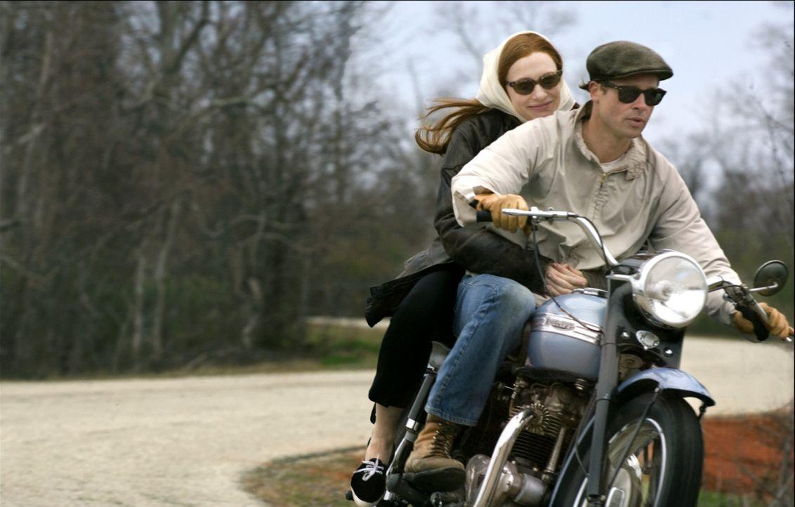Endlich treffen Benjamin Button (Brad Pitt, r.) und Daisy (Cate Blanchett, l.) wieder aufeinander; beide nun etwa gleichaltrig. Prompt verlieben sie... - Bildquelle: Warner Brothers