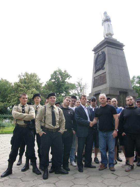 Wird Ross Kemp (3.v.r.) Insiderwissen über die rumänischen und bulgarischen Gangs bekommen? - Bildquelle: IMG Entertainment 2008
