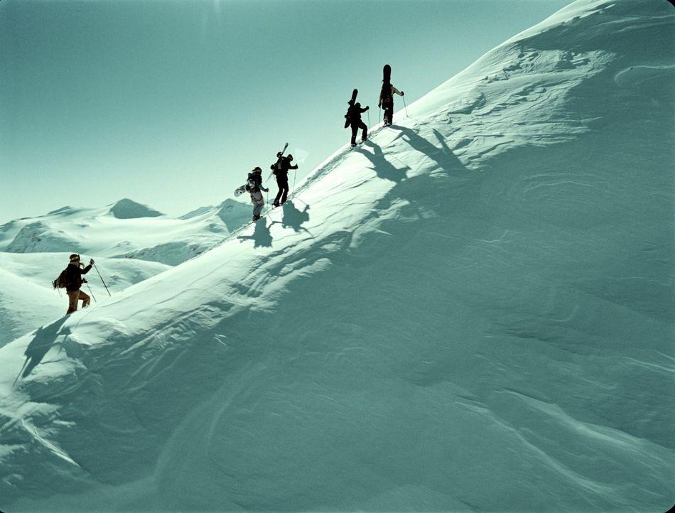 Eine Gruppe von Snowboardern ist auf dem Weg durch die einsame Bergwelt Norwegens. Ein gebrochenes Bein und Handys, die nicht funktionieren, zwingt... - Bildquelle: Telepool GmbH
