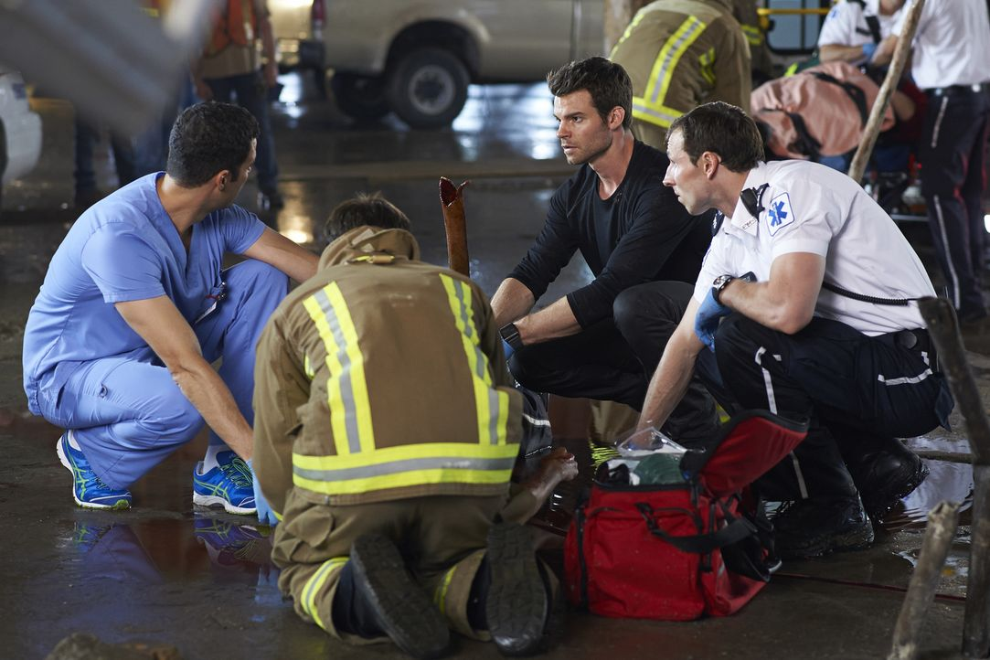 Können Joel (Daniel Gillies, 2.v.r.) und Zachary (Benjamin Ayres, l.) das Leben Alex' Bruder noch retten? - Bildquelle: 2013  Hope Zee Two Inc.