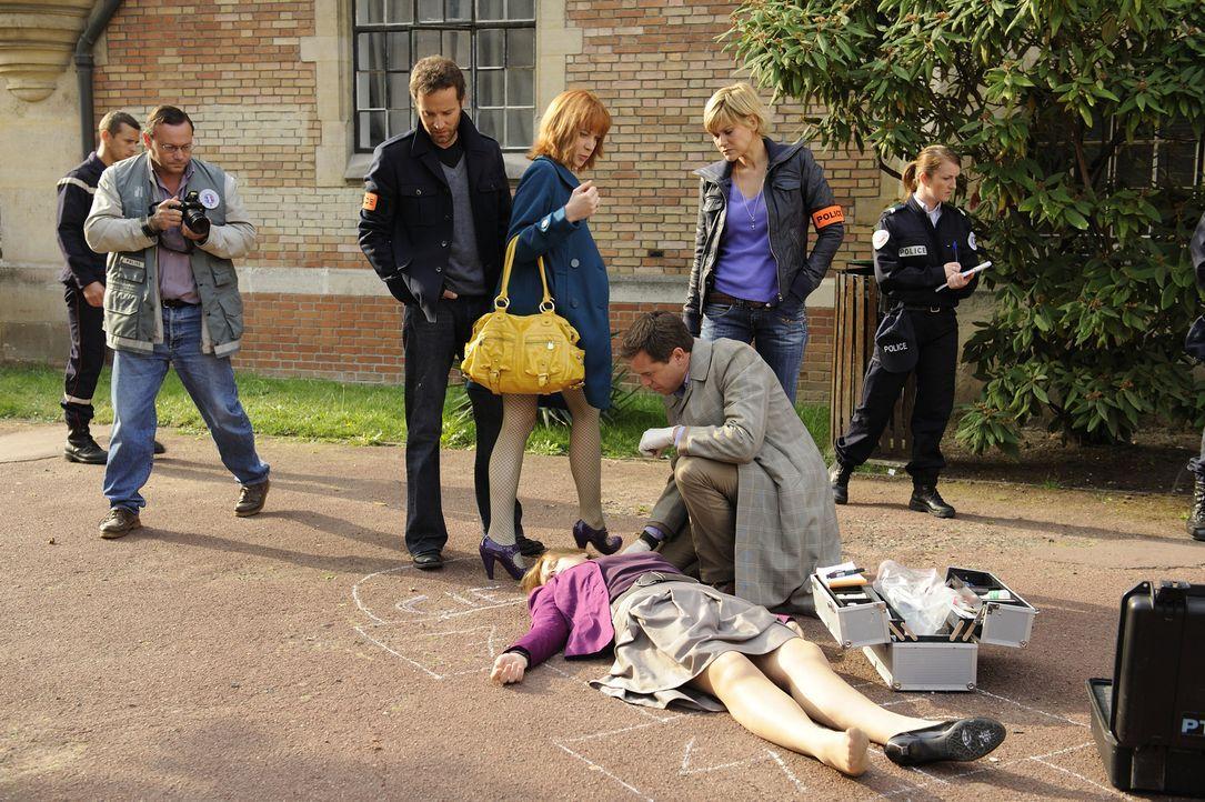 Ihr neuster Fall hält einige Überraschungen bereit: Matthieu (Guillaume Cramoisan, 3.v.l.), Fred (Vanessa Valence, 2.v.r.), der Doc (Guillaume de To... - Bildquelle: 2008 - Beaubourg Audiovisuel/BeFilms/RTBF (Télévision Belge)