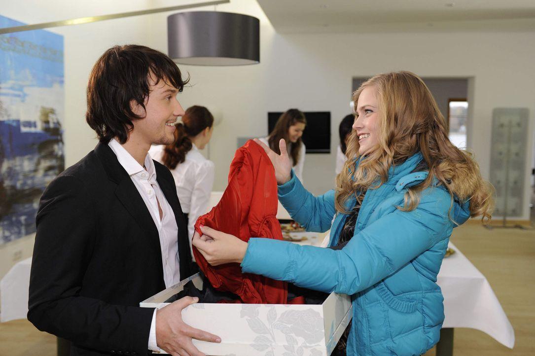 Ben (Christopher Kohn , l.) überrascht Caro (Sonja Bertram, r.) mit einem außerordentlichen Geschenk. - Bildquelle: SAT.1