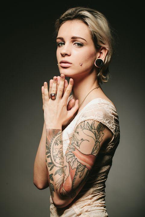 01_TattooFrauBlond - Bildquelle: alvarez