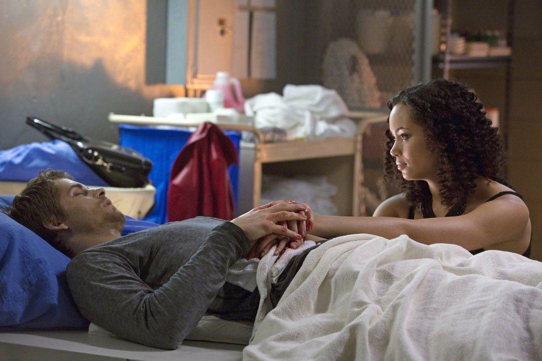 Bei dem Versuch Astrid (Madeleine Mantock, r.) zu retten, kommt John (Luke Mitchell, l.) nicht gut davon ... - Bildquelle: Warner Bros. Entertainment, Inc