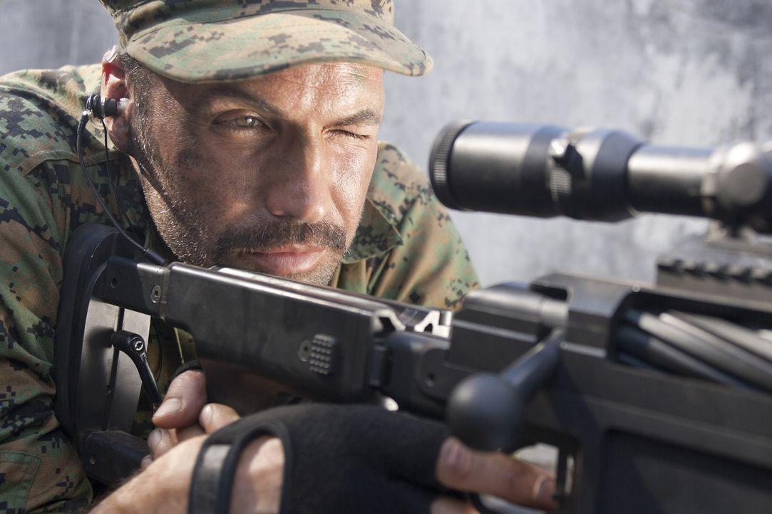 Lässt sich auch von einem blutrünstigen Kollegen nicht aus der Ruhe bringen: Scharfschützenausbilder Richard Miller (Billy Zane) ... - Bildquelle: 2011 Sony Pictures Television Inc. All Rights Reserved.