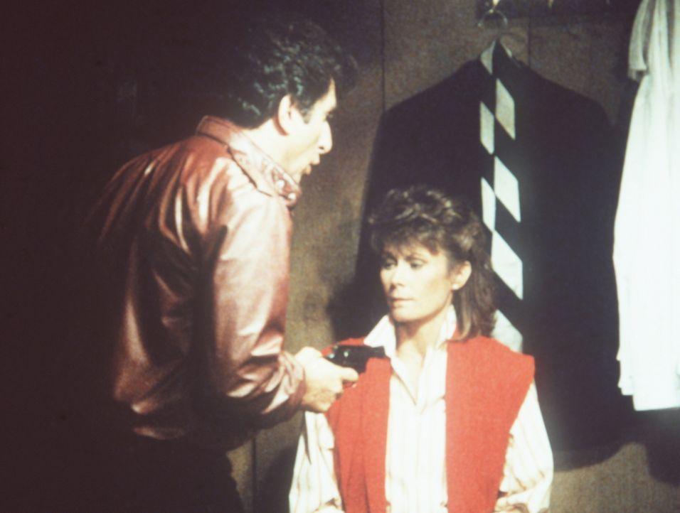 """Der Kellermeister des Lokals """"Escoffier/America"""", Jean Pierre (Peter Elbling, l.), entpuppt sich als harter Widersacher für Amanda (Kate Jackson, r...."""