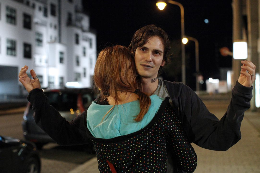 Blind vor Liebe rutscht Nadja (Nikola Rudle, l.) immer tiefer in den Drogensumpf und lässt den heroinabhängigen Robi (Christopher Scharf, r.) übe... - Bildquelle: SAT.1