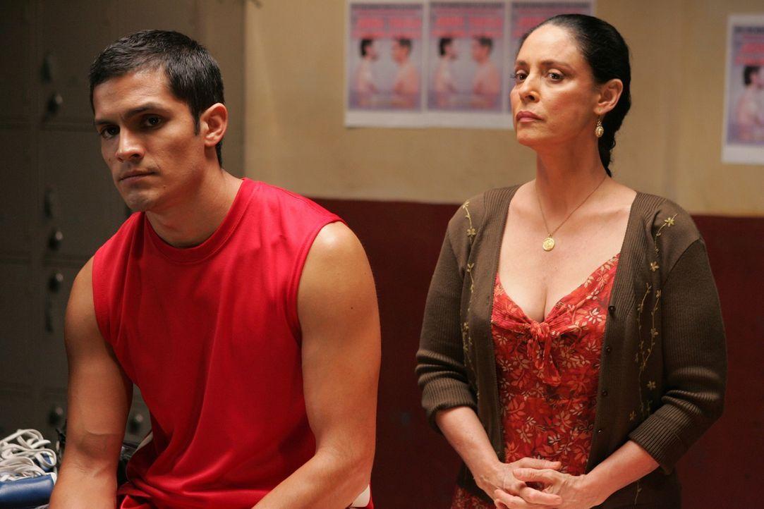 Der Geist von Teos (Nicholas Gonzales, l.) verstorbener Mutter Estella (Sonia Braga, r.) findet keine ruhe, weil er und sein Vater seit ihrem Tod ke... - Bildquelle: ABC Studios