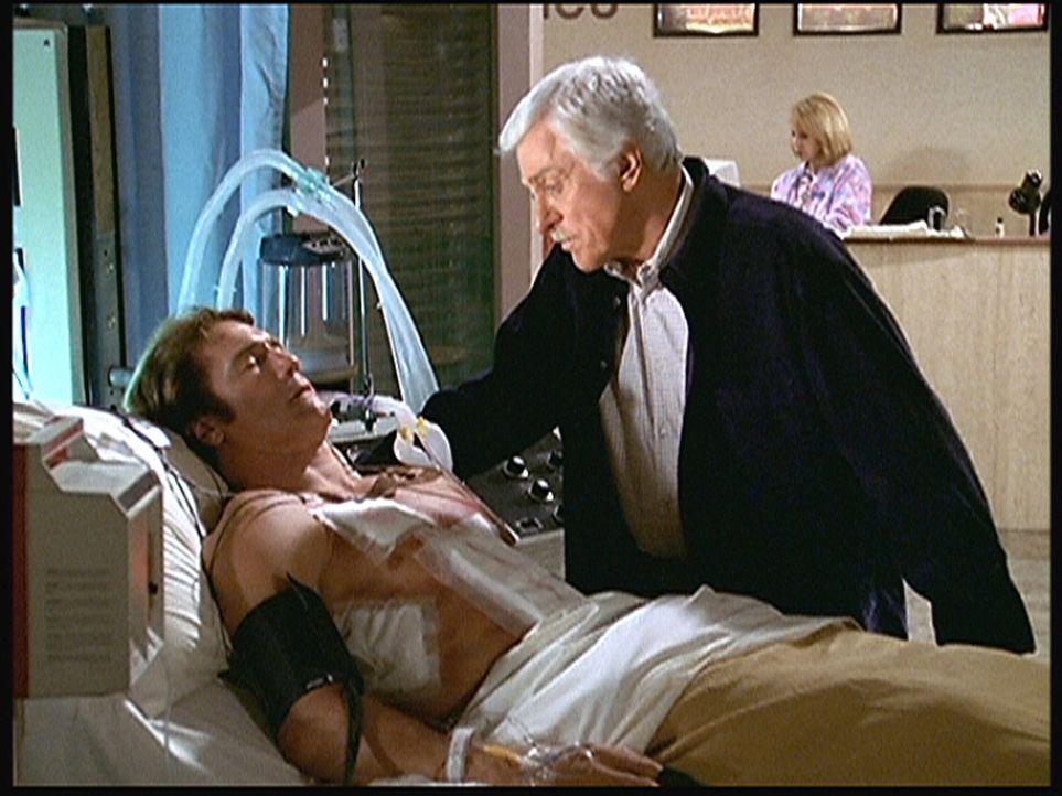 Mark (Dick Van Dyke, r.) ist sehr besorgt um seinen Sohn Steve (Barry Van Dyke, l.), der im Koma liegt, seit er von einem Gangster niedergeschossen... - Bildquelle: Viacom