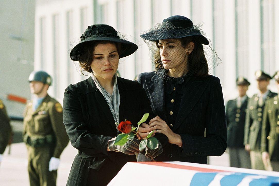 Luise (Bettina Zimmermann, r.) stützt ihre Freundin Leni (Katharina Wackernagel, l.) am Sarg von Harry. - Bildquelle: Stephan Rabold Sat.1