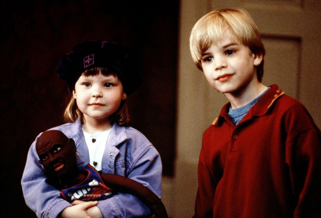 Inzwischen ist es selbstverständlich, dass Mikey (David Gallagher, r.) und Julie (Tabitha Lupien, l.) sprechen können. Doch es gibt schon wieder s... - Bildquelle: TriStar Pictures