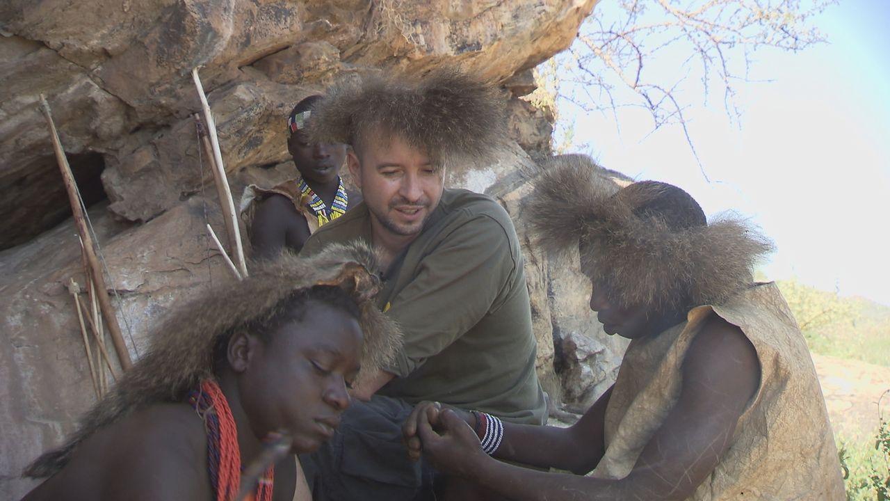 Jan Schwiderek (M.) besucht die Hadzabe, eine Volksgruppe aus Tansania, die noch traditionell als Jäger und Sammler lebt ... - Bildquelle: kabel eins Doku