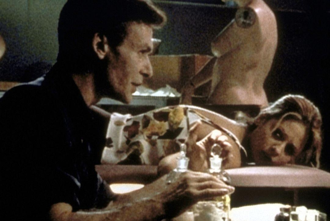 Buffy (Sarah Michelle Gellar) ist Ethan Rayne (Robin Sachs, l.), einem alten Freund, in die Hände gefallen. - Bildquelle: TM +   2000 Twentieth Century Fox Film Corporation. All Rights Reserved.