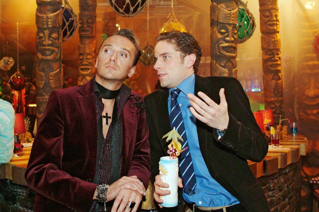 Hugo (Hubertus Regout, l.) ist mit Max (Alexander Sternberg, r.) auf einen Drink in die Tiki-Bar mitgekommen, ohne zu ahnen, dass sie dort auch Yvon... - Bildquelle: Monika Schürle Sat.1