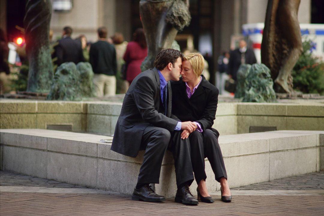 Weder sein Chef, noch seine Sekretärin Michelle (Toni Collette, r.) können Gavin (Ben Affleck, l.) aus der Bredouille helfen ... - Bildquelle: Kerry Hayes TM & Copyright   2002 by Paramount Pictures. All Rights Reserved.