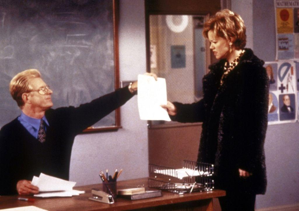 Mr. Rothwell (Ed Begley, l.) lässt Sabrina bei einem Mathetest durchfallen. Tante Hilda (Caroline Rhea, r.) geht zu ihm und tritt für ihre Nichte... - Bildquelle: Paramount Pictures