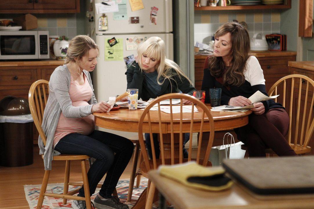 Violet (Sadie Calvano, l.), Christy (Anna Faris, M.) und Bonnie (Allison Janney, r.) gehen die Briefe der Paare durch, die sich für die Adoption von... - Bildquelle: Warner Brothers Entertainment Inc.