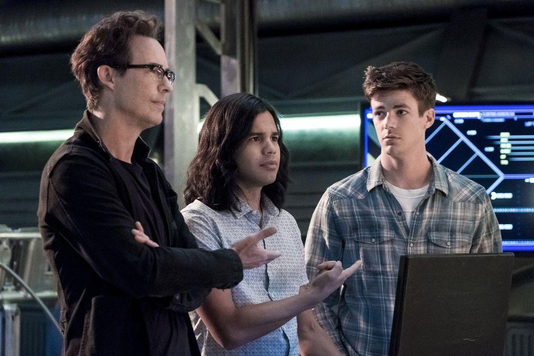 Während Harry (Tom Cavanagh, l.) und Cisco (Carlos Valdes, M.) Ralph bei dessen Training helfen, drängt Barry (Grant Gustin, r.) sie dazu, weiter na... - Bildquelle: 2017 Warner Bros.