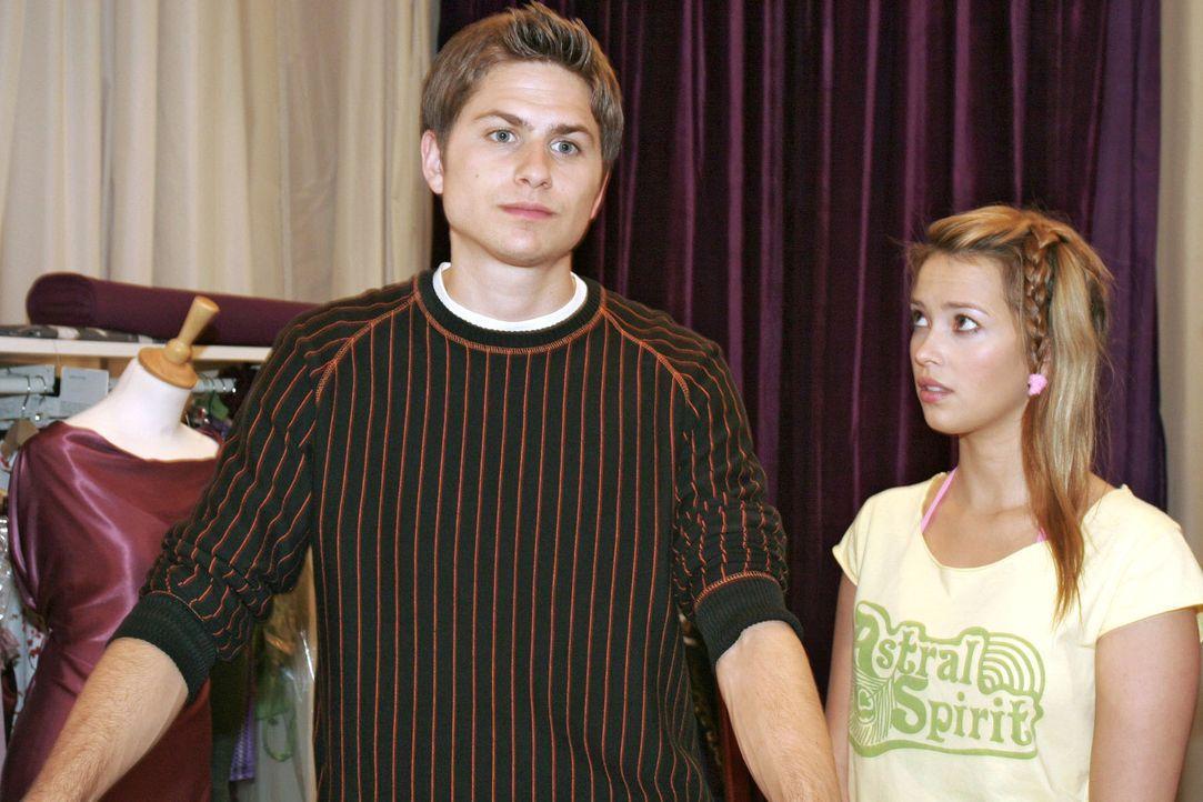 Hannah (Laura Osswald, r.) will mit Timo (Matthias Dietrich, l.) über ihre Gefühle reden, doch sie erkennt, dass es zwecklos ist ... - Bildquelle: Sat.1