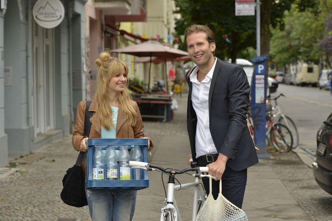 Als Mila (Susan Sideropoulos, l.) ihr Leergut wegbringt, lernt sie den attraktiven und charmanten Markus (Tillbert Strahl, r.) kennen. Zunächst glau... - Bildquelle: Oliver Ziebe SAT.1