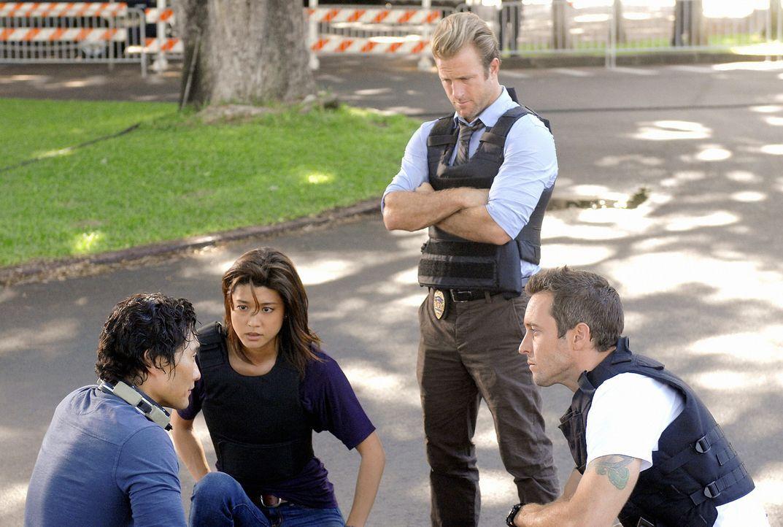 Auf das Team von Five-0 ist Verlass: Steve (Alex O'Loughlin, r.), Kono (Grace Park, 2.v.l.) und Danny (Scott Caan, 2.v.r.) konnten ihren Kollegen Ch... - Bildquelle: TM &   2010 CBS Studios Inc. All Rights Reserved.
