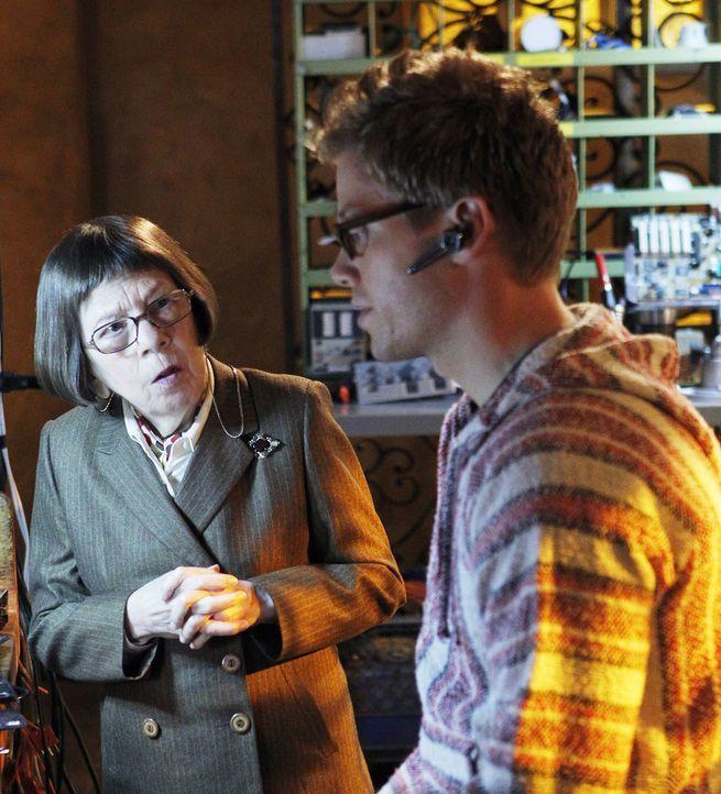 Versuchen, einen neuen Fall zu lösen: Hetty (Linda Hunt, l.) und Eric (Barrett Foa, r.) ... - Bildquelle: CBS Studios Inc. All Rights Reserved.